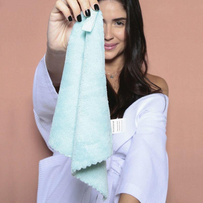 Modelo segurando Toalha Para Rosto Face Towel
