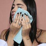 modelo usando a Toalha Para Rosto Face Towel para secar o rosto