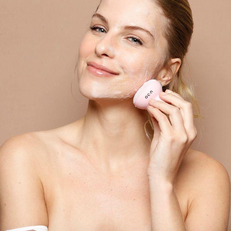 modelo usando Esponja de Limpeza Facial Rosa Octopus Sponge no rosto