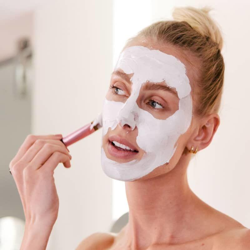 modelo aplicado Máscara Facial 2 Etapas de Algas Marinhas e Tea Tree Dual Step Mask