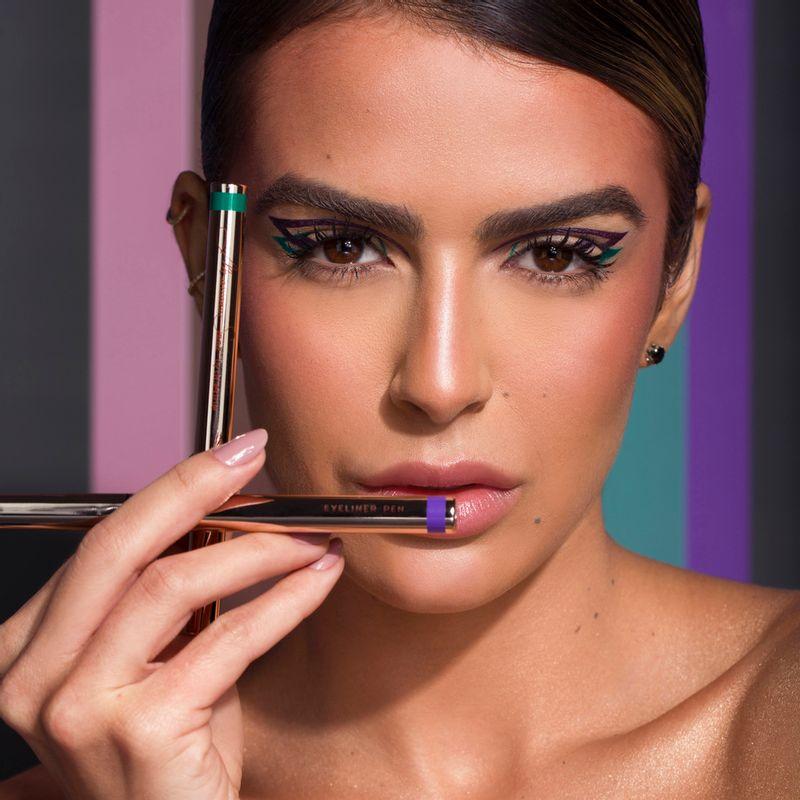 Mariana Saad segurando a Caneta Delineadora de Olhos Violeta Mariana Saad  by océane Eyeliner Real Violet
