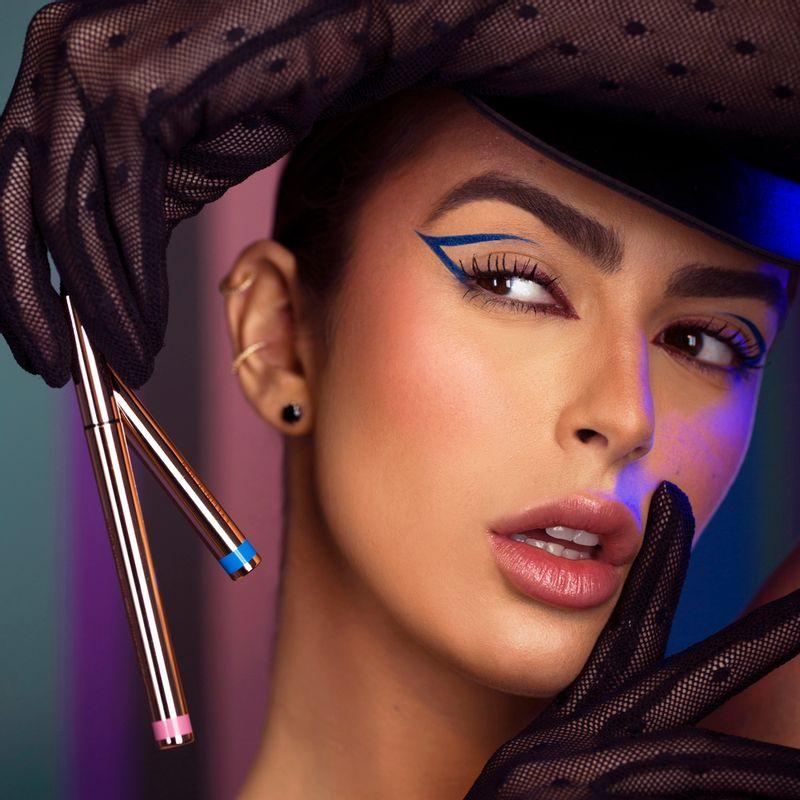 Mariana saad segurando a Caneta Delineadora de Olhos Azul Mariana Saad Eyeliner Real Blue Gold