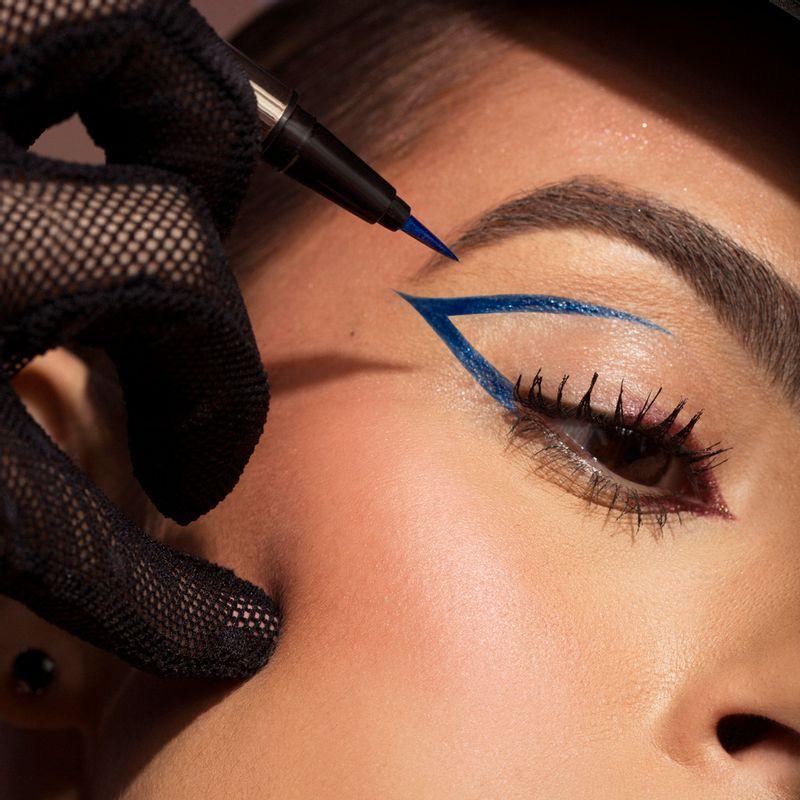Mariana Saad usando a Caneta Delineadora de Olhos Azul Mariana Saad Eyeliner Real Blue Gold