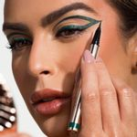 Mariana Saad usando a Caneta Delineadora de Olhos Verde Escuro Mariana Saad Eyeliner Real Dark Green