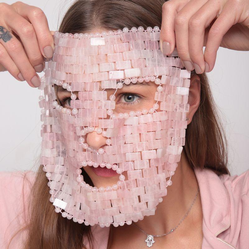 modelo usando Máscara Facial de Quartzo Rosa Rose Quartz Face Mask no rosto