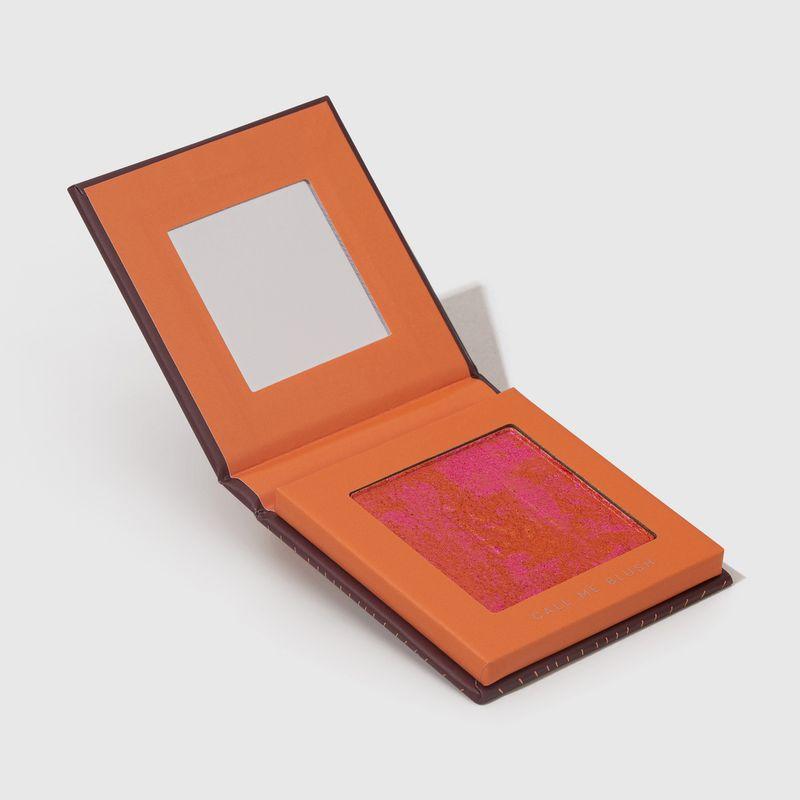 Blush em pó compacto blush me call me mariana saad by océane na cor laranja, embalagem aberta lateral