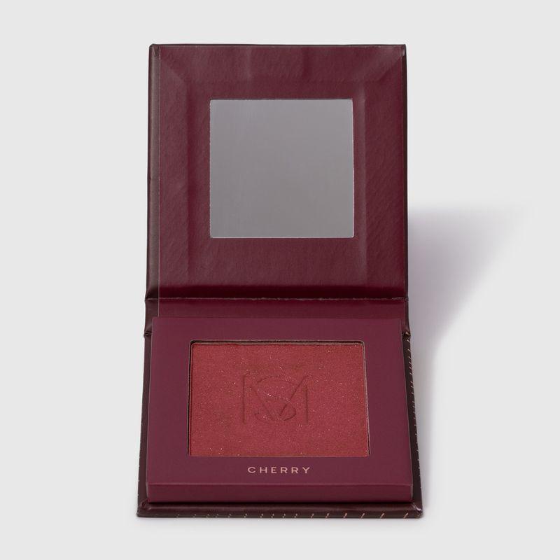 Blush em pó compacto blush me cherry mariana saad by océane na cor vermelho, embalagem aberta frente