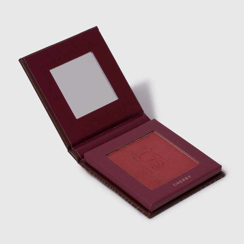Blush em pó compacto blush me cherry mariana saad by océane na cor vermelho, embalagem aberta lateral