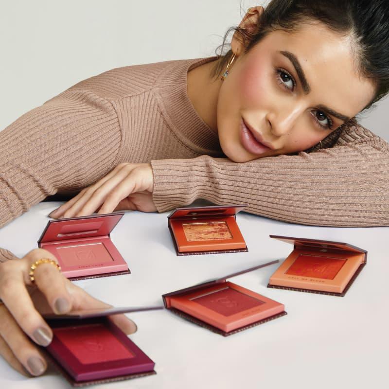 Mariana saad segurando o Blush em pó compacto blush me cherry mariana saad by océane na cor vermelho, embalagem aberta frente