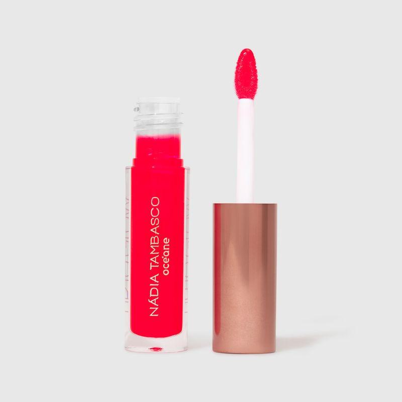 brilho labial nádia tambasco astral na cor vermelho com embalagem aberta e aplicador ao lado direito
