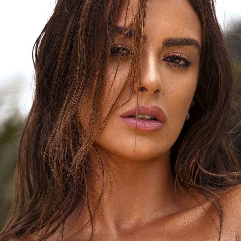 Mariaa saad usando o Iluminador Facial Rosa Mariana Saad Skin Shine Rose Gold