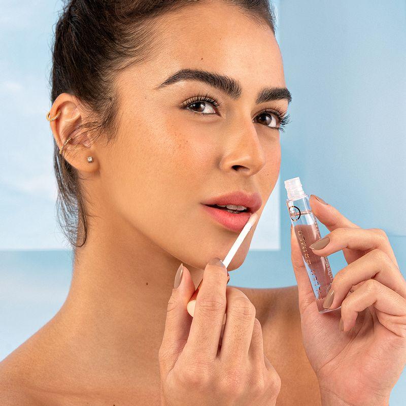 Mariana Saad aplicando o produto Suavizador Para Lábios Mariana Saad Filler Primer fechado frente