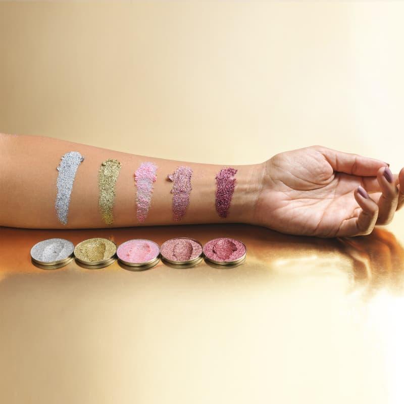 Modelo com amostras de cor no braço da Sombra unitária Para Olhos Glitter Series rose