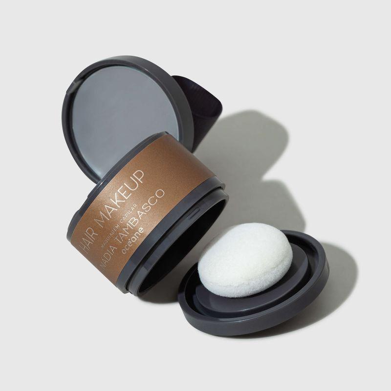 Maquiagem Capilar Castanho claro Hair Makeup Nádia Tambasco 4g tampa aberta lateral e esponja ao lado direito