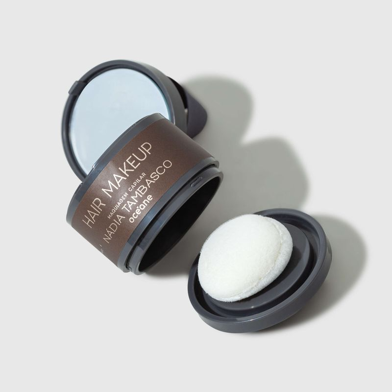 Maquiagem Capilar Castanho escuro Hair Makeup Nádia Tambasco 4g tampa aberta lateral e esponja ao lado direito