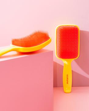 Banner Cabelos escovasOcéane, a foto mostra uma escova de cabelos desembaraçadora amarela neon brush.