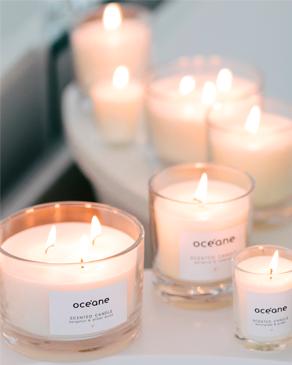Banner ambiente velasOcéane, a foto mostra uma vela perfumada de bergamota e âmbar, uma vela 3 pavios de bergamota e âmbar e um kit com 3 velas scentes candle set.