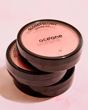 banner maquiagem rosto Océane, a foto mostra três unidades do blush cintilante glossy blush.